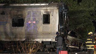 Нью-Йорк: Поезд врезался в автомобиль. Семеро погибших