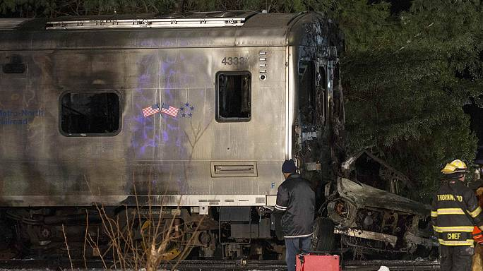 New York: collision mortelle entre une voiture et un train de banlieue