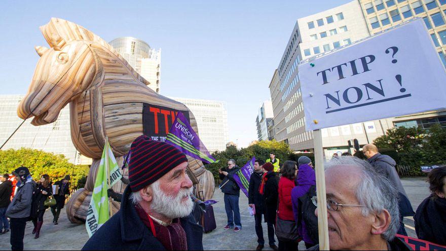 هيئات شعبية تتظاهر في بروكسل احتجاجا على مضمون اتفاق التجارة الحرة بين الولايات المتحدة و الاتحاد الاوروبي.