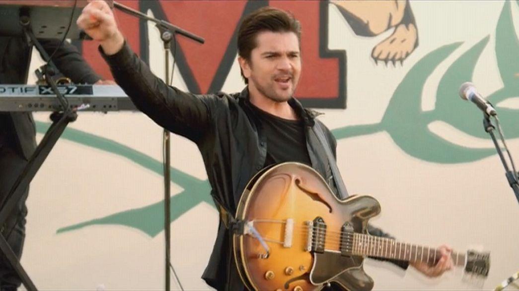 Juanes spanyolul énekel a Grammy-gálán