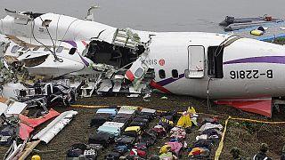Még mindig keresik a lezuhant tajvai gép tucatnyi utasát