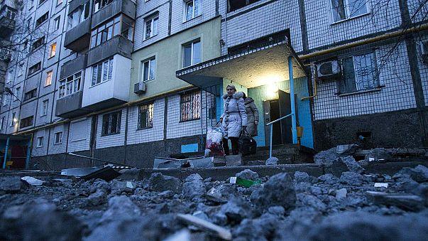 Nel Donbass separatista nessuna tregua. Allo stadio di Donetsk si smistano gli aiuti umanitari.