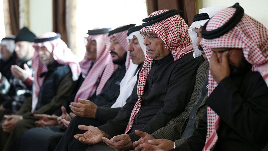 A dzsihadisták által kivégzett jordániai pilóta szülővárosába látogatott II. Abdullah király