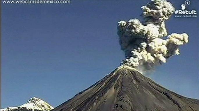 بركان كوليما في المكسيك يطلق عمودا من الأتربة والدخان الى ارتفاع 9 كلم