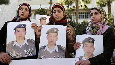 Tribos jordanas estão com o rei e ameaçam vingar a morte do piloto