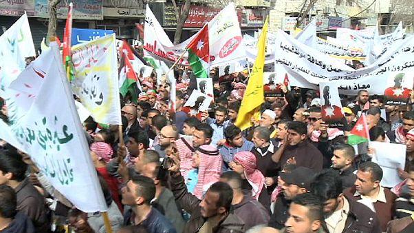 Miles de jordanos secundan la manifestación en repulsa por el asesinato del piloto quemado vivo por el grupo Estado Islámico