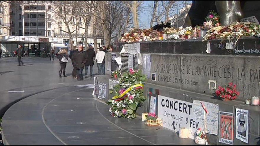 Einen Monat später: Pariser gedenken der Opfer des Anschlags auf Satiremagazin Charlie Habdo