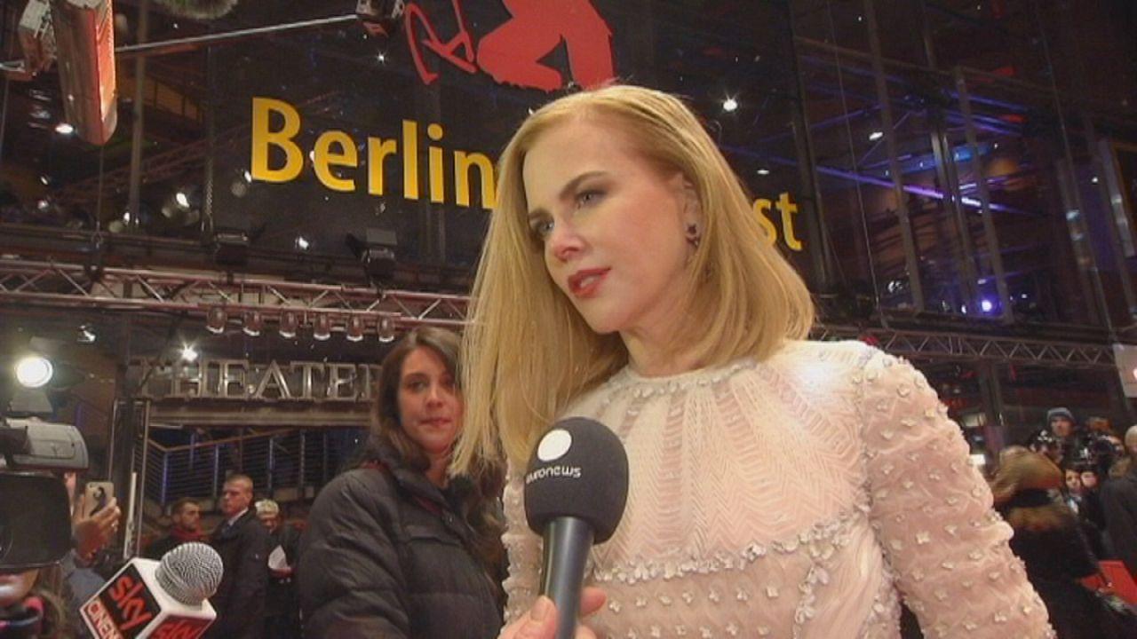 نیکول کیدمن بر روی فرش قرمز برلیناله برای نمایش فیلم «ملکه صحرا»