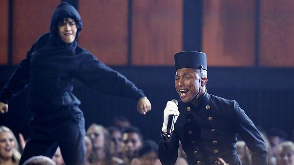 Madonna levanta a saia num dos vários momentos dos Grammys 2015