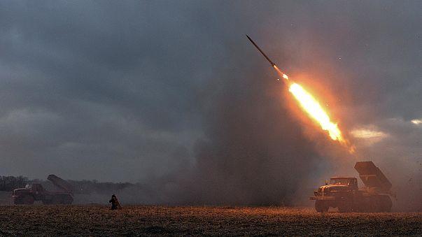 قصف متبادل شرق اوكرانيا والانفصاليون يضيقون الخناق على ديبالتسيف