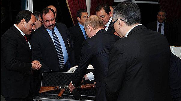 En visite au Caire, Poutine offre une kalachnikov au Président égyptien