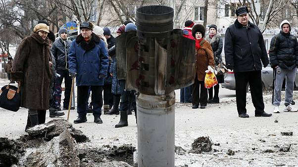 Ostukraine: Kämpfe um Zugang zu Debalzewe, Regierungsoffensive bei Mariupol