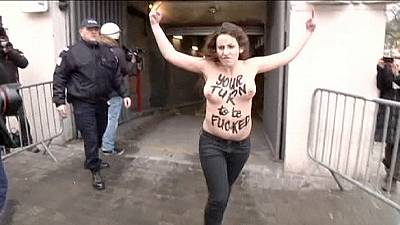 Bare-chested Femen protesters jump on DSK's car at trial – nocomment
