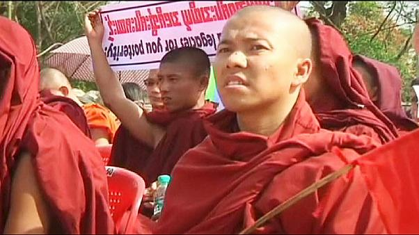 Burmai szerzetesek a Rohingya szavazati jog ellen tüntetnek