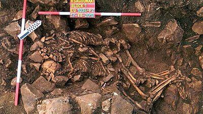 Im selben Grab: Eng umschlungen bis im Tod