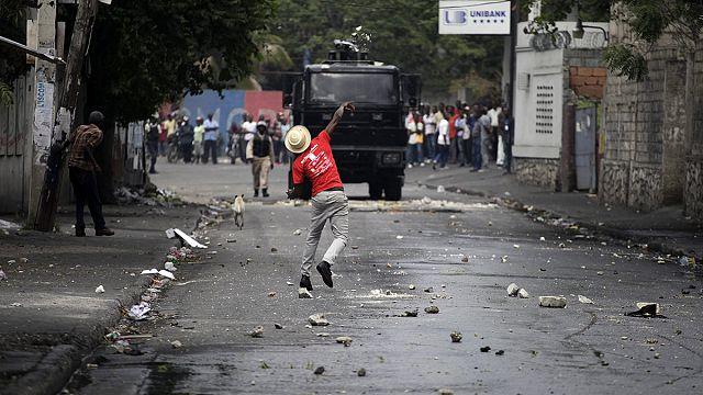 Гаити. Студенты требуют отставки президента, забыв о карнавале