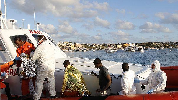 وصول مئات المهاجرين غير الشرعيين إلى لامبيدوزا