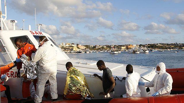 Libya açıklarında kurtarılan göçmenler Lampedusa'ya ulaştı