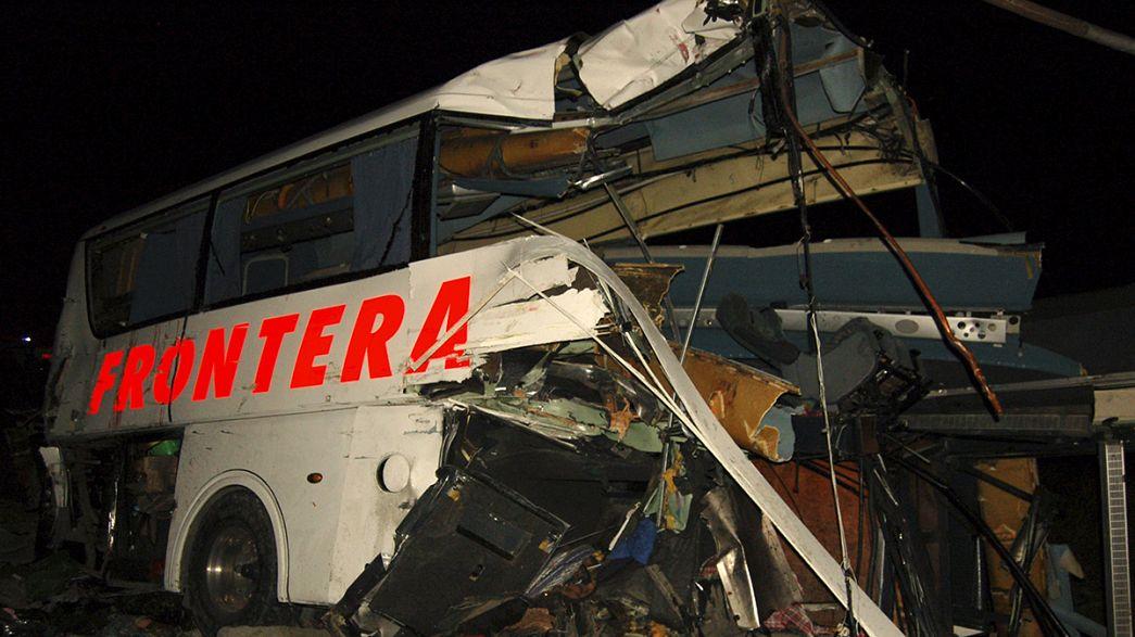Messico, treno merci travolge bus, almeno 16 morti