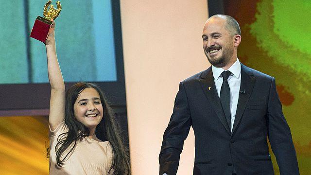 """الفيلم الإيراني """"تاكسي"""" يفوز بجائزة الدب الذهبي في مهرجان برلين السينمائي"""