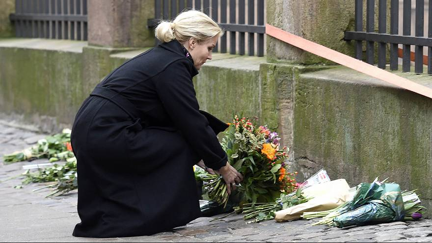 Kopenhagen: Regierungschefin legt vor Synagoge Blumen nieder