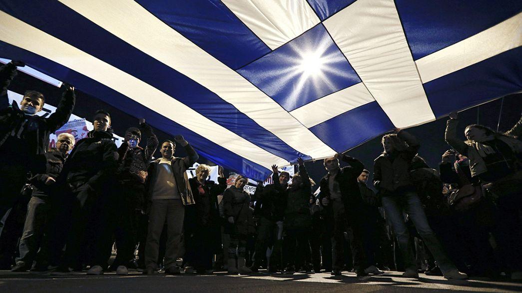 Miles de griegos apoyan a Tsipras y a Varufakis en Atenas antes de la reunión del Eurogrupo