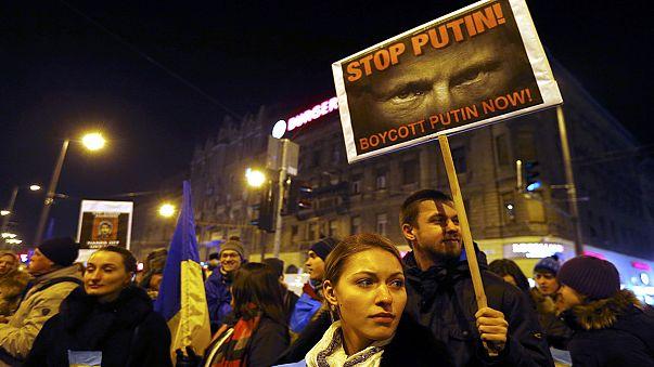 """""""Putin nein, Europa ja"""": Protest in Budapest vor Besuch des Kreml-Chefs"""