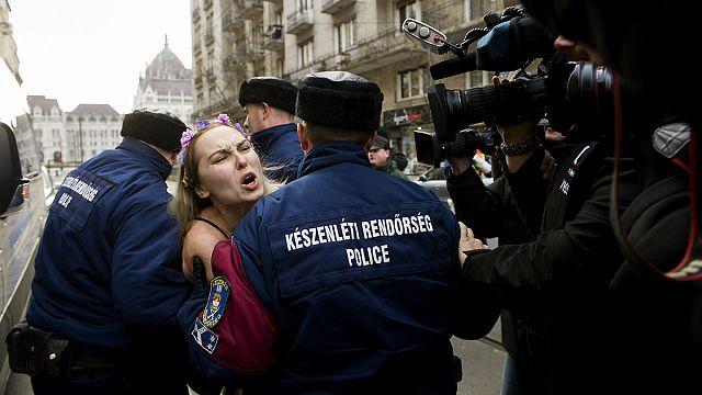 Femen-aktivista tüntetett az Országháznál