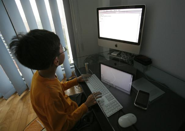 Un garçon de 9 ans en train de coder