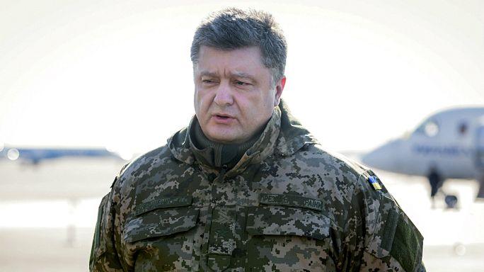 Poroshenko praises troops for defending besieged Debaltseve