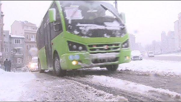 Istanbul, gravi disagi a causa della neve, cancellati 300 voli