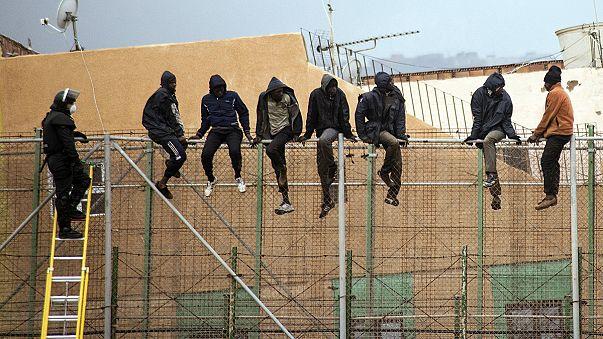 35 subsaharianos logran saltar la valla de Melilla y entrar en España