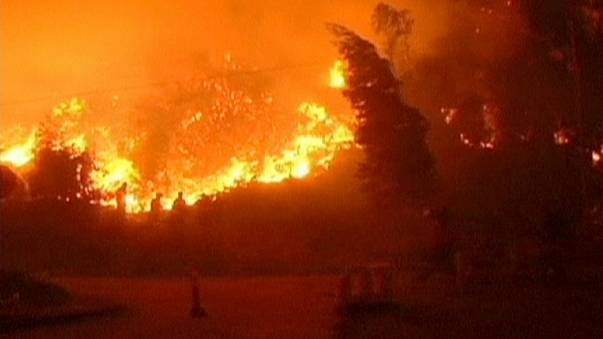 Mαίνονται οι δασικές πυρκαγιές στη νότια Χιλή