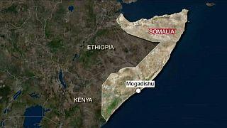 Explosions et tirs dans un hôtel de Mogadiscio en Somalie