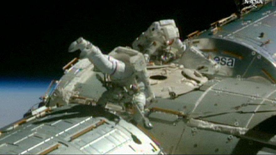 Weltraumspaziergang: Astronauten verlegen Kabel