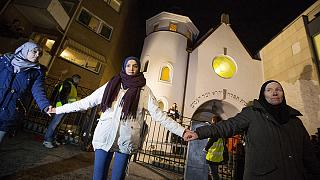 Norway: Muslims form protective 'Ring of Peace' around synagogue