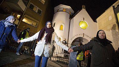 Jóvenes musulmanes realizan una cadena humana en Oslo en apoyo al a comunidad judía