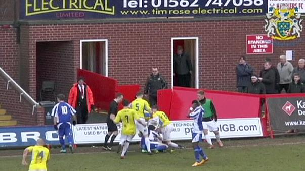 İngiltere amatör futbol liginde güreşi aratmayan hareket