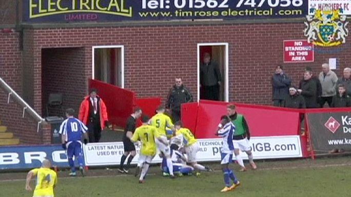 Még Bácsi Péter is megirigyelhette volna - szenzációs dobás egy focimeccsen!