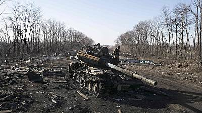Kiev ed i ribelli sembrano aver iniziato il ritiro dei mezzi pesanti dal fronte.