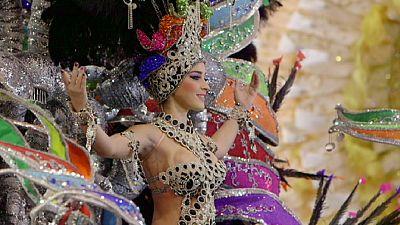 Studenti al lavoro sugli abiti della regina del carnevale di Tenerife