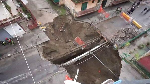 El agua causa un enorme cráter en una calle de Nápoles