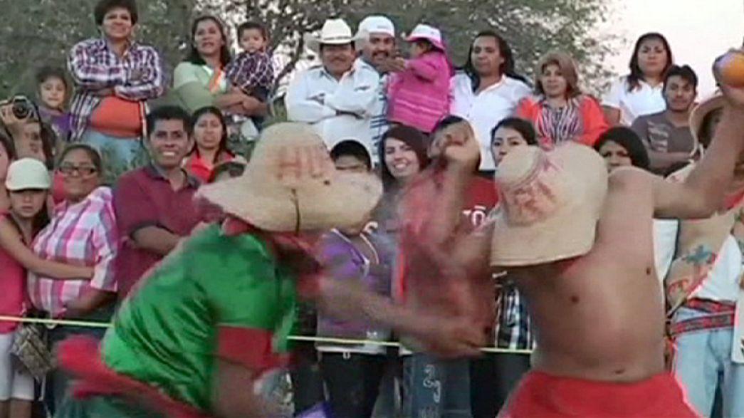 """Mexicanos """"combatem"""" com laranjas para pedir boas colheitas"""