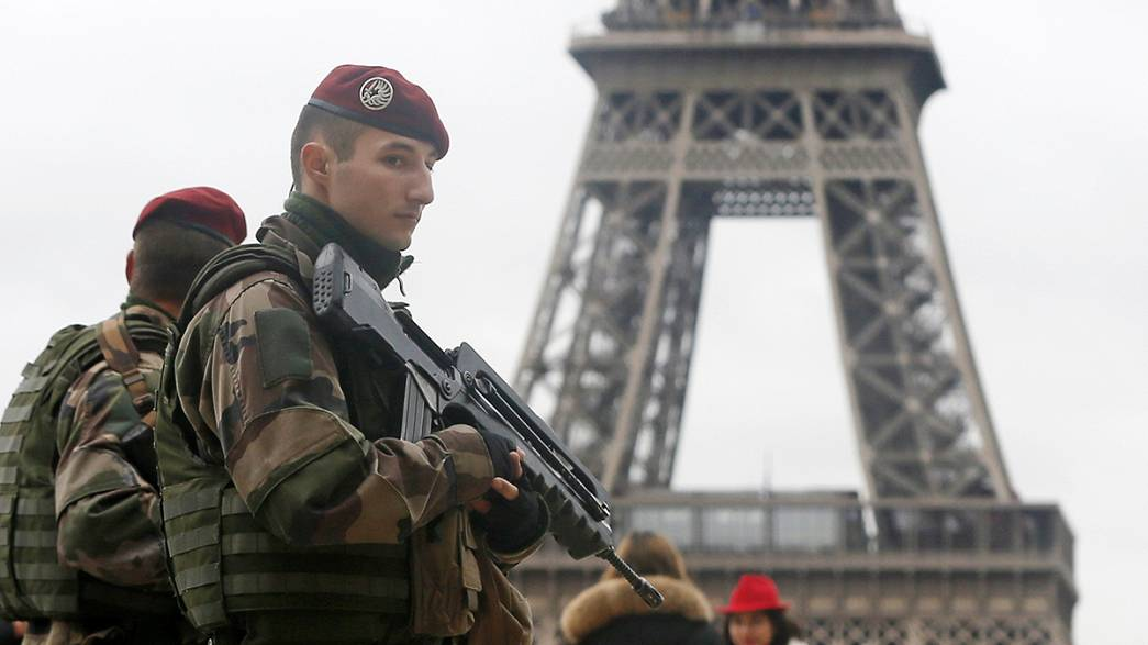 """Drones sobrevoam """"locais sensíveis"""" de Paris"""