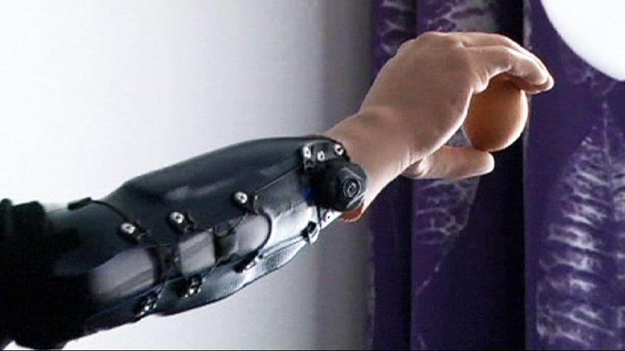 Tres pacientes ya pueden manejar sus manos robóticas con las señales de su cerebro