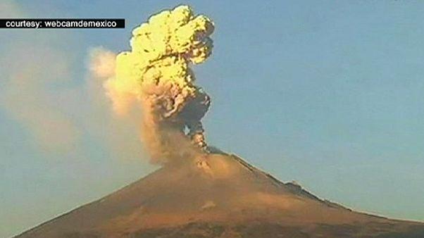 Meksika'da Popocatepetl volkanı korkutuyor