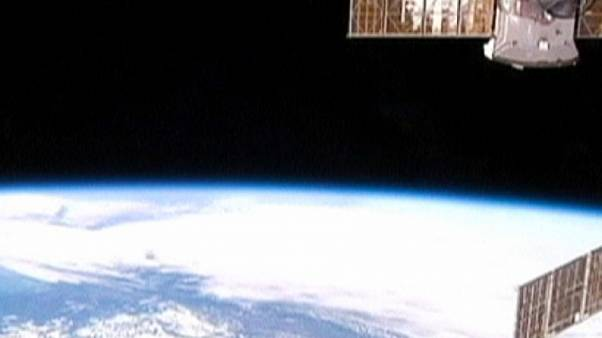 Parcheggiatori spaziali: astronauti attendono l'arrivo di due navette commerciali
