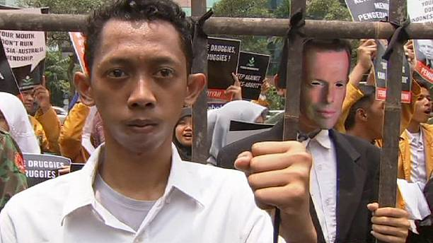 Australian drug smugglers face firing squad despite Abbot's diplomatic efforts