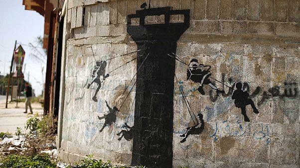 O Banksy ζωγραφίζει στους κατεστραμμένους τοίχους της Γάζας