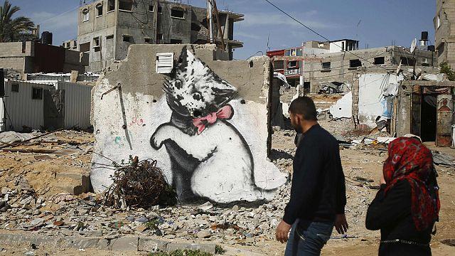 Cicás graffitivel hívja fel a figyelmet a gázai nyomorra Banksy
